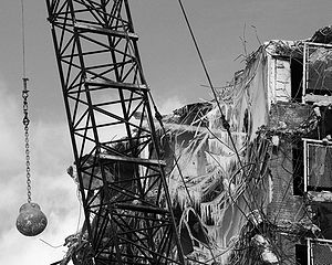 English: Wrecking ball in use during demolition of the Rockwell Gardens housing project in Chicago, Illinois, February 2006.
